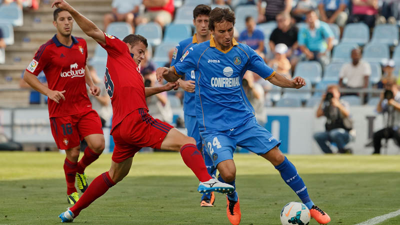 GETAFE, SPAIN - SEPTEMBER 15: P. Mosquera (R) of Getafe CF competes for the ball with Oriol Riera (L) of CA Osasuna during the La Liga match between Getafe CF and CA Osasuna at Coliseum Alfonso Perez on September 15, 2013 in Getafe, Spain. (Photo by Gonzalo Arroyo Moreno/Getty Images)