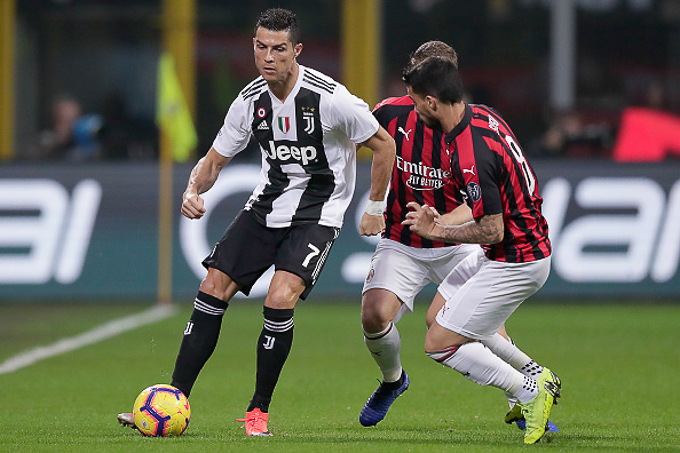 MILAN, ITALY - NOVEMBER 11: (L-R) Cristiano Ronaldo of Juventus, Ignazio Abate of AC Milan, Suso of AC Milan during the Italian Serie A match between AC Milan v Juventus at the San Siro on November 11, 2018 in Milan Italy (Photo by Jeroen Meuwsen/Soccrates/Getty Images)